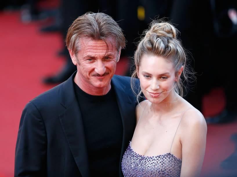 Diretor Sean Penn e sua filha Dylan Penn chegam no tapete vermelho do Festival de Cannes, em Paris, na França - 20/05/2016