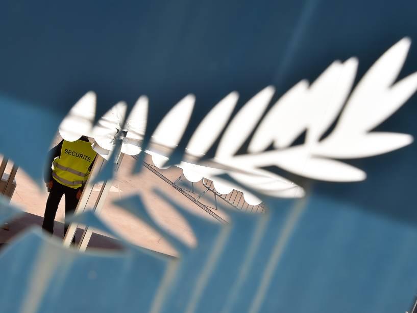 Membro da segurança local é visto sobre a palma, símbolo do Festival Internacional de Cannes, que ocorrerá até o dia 22 de maio - 10/05/2016