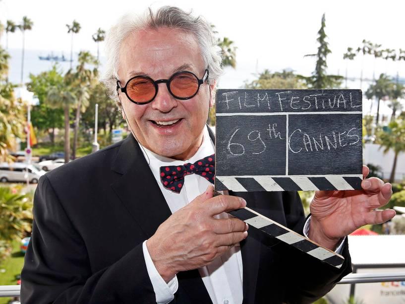 O diretor George Miller, presidente do júri desta edição do Festival Internacional de Cannes, exibe uma claquete utilizada em filmes, antes da abertura do Festival - 10/05/2016