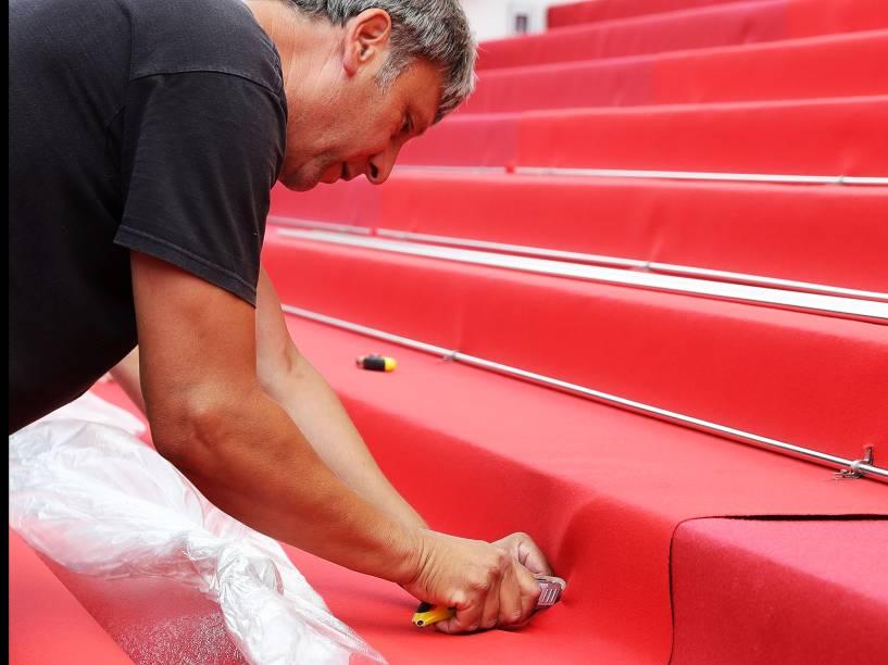 Trabalhadores montam o tapete vermelho da 69º edição do Festival Internacional de cinema de Cannes, no Palais des Festivals, na França - 10/05/2016