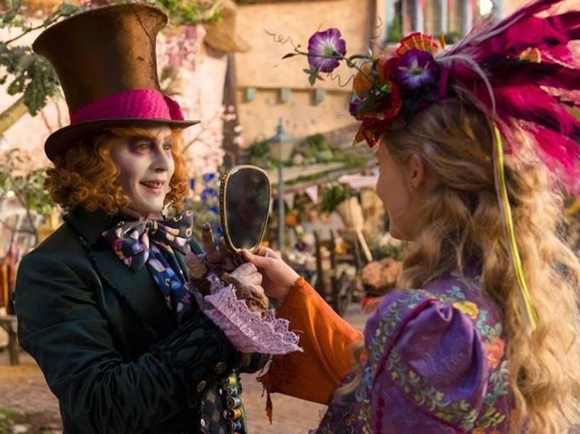 Chapeleiro (Johnny Depp) e Alice (Mia Wasikowska) em cena do filme Alice Através do Espelho