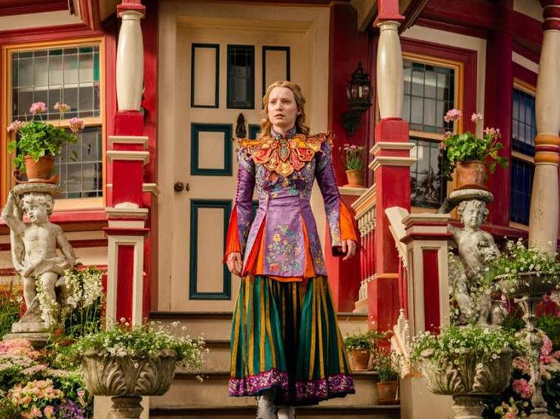Alice (Mia Wasikowska), em Alice Através do Espelho