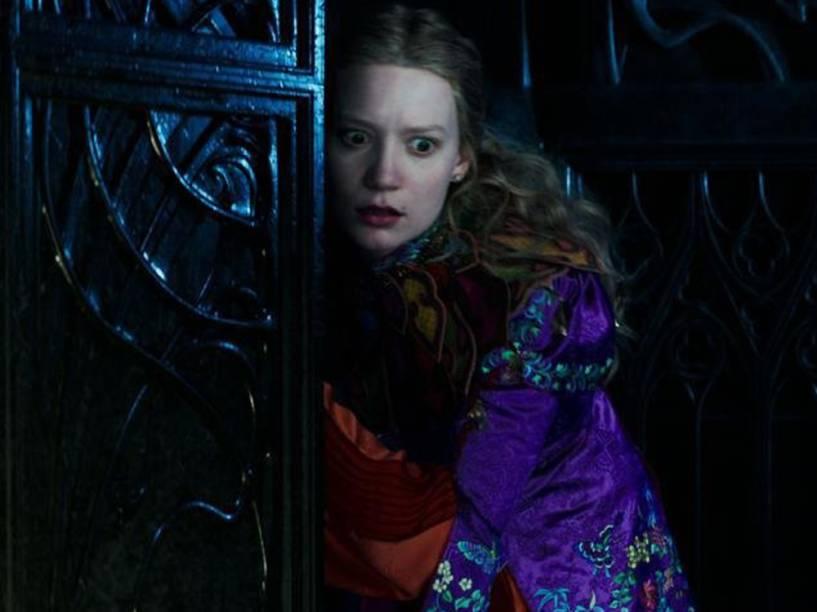 Alice (Mia Wasikowska), em cena do filme Alice Através do Espelho