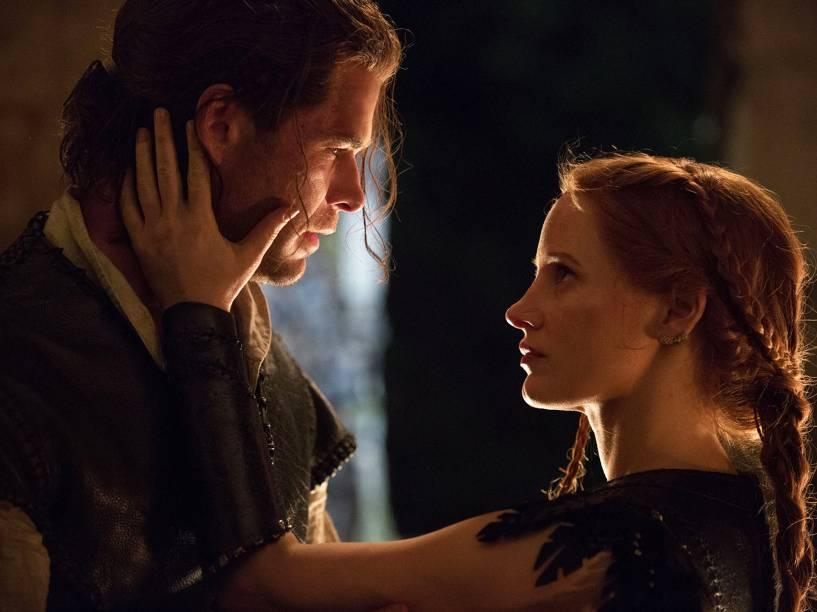 O Caçador (Chris Hemsworth) e Sara (Jessica Chastain) em cena do filme O Caçador e a Rainha do Gelo