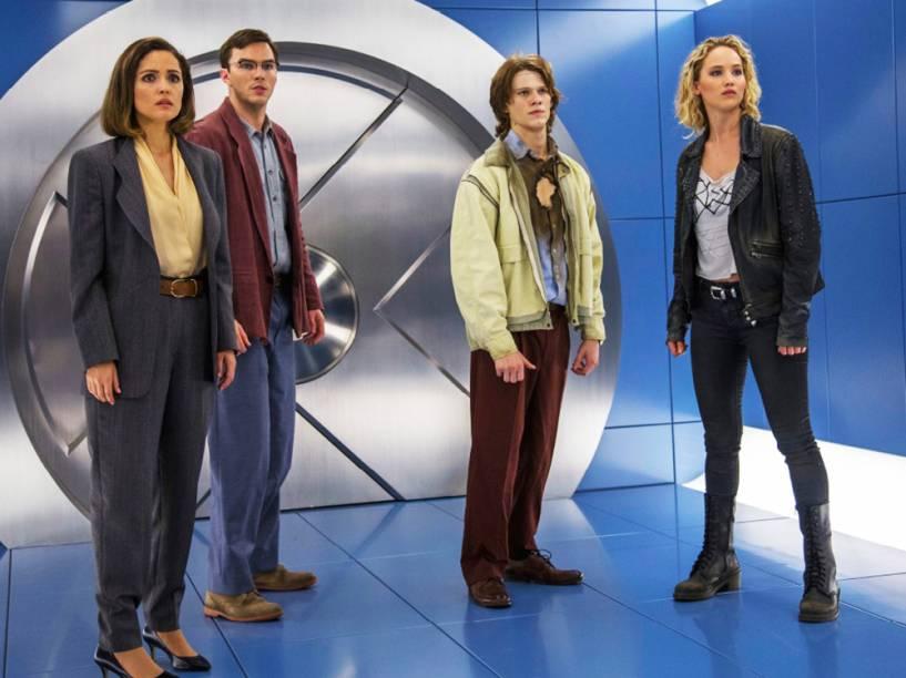Moira Mactaggert (Rose Byrne), Hank McCoy/ Fera (Nicholas Hoult), Alex Summers/Destrutor (Lucas Till) e RAven/ Mística (Jennifer Lawrence) no filme X-Men: Apocalipse<br><br> <br><br> <br><br>Cena do filme X-Men: Apocalipse