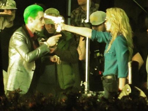 Jared Leto e Margot Robbie no set de gravação do filme Esquadrão Suicida