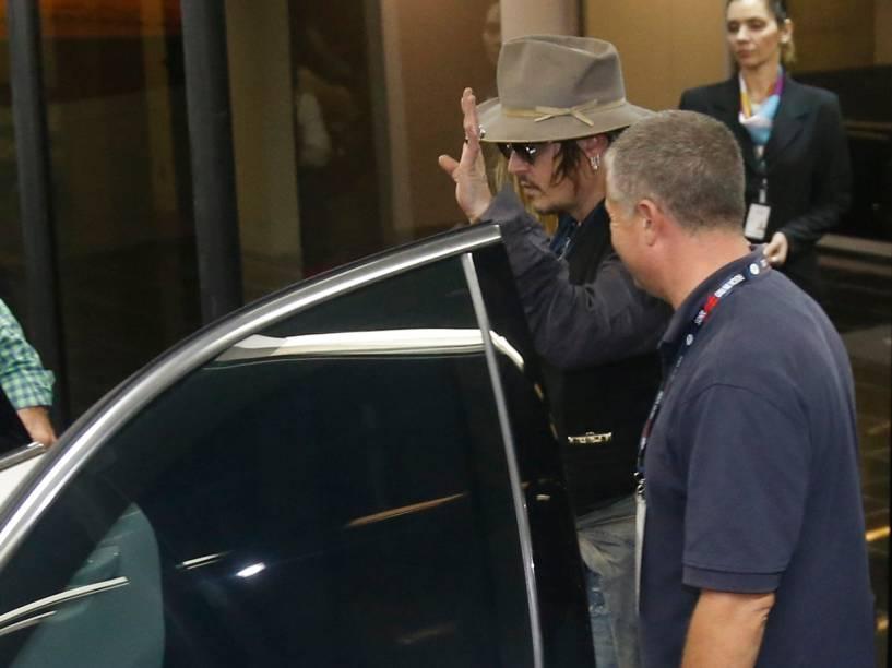 Johnny Depp acena para fãs antes de entrar no carro