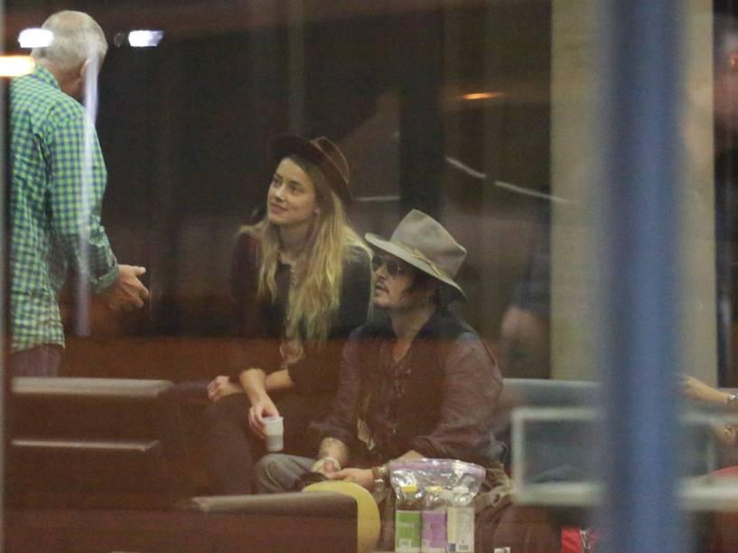 Johnny Depp e sua noiva, a atriz Amber Heard, no Aeroporto Galeão, no Rio