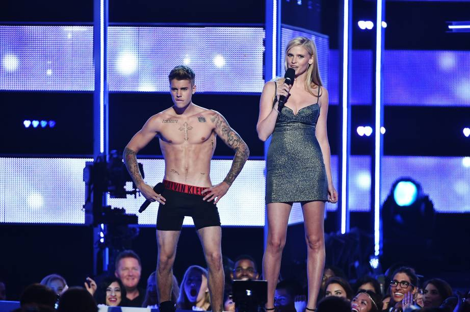 <p>Justin Bieber e a modelo Laura Stone no palco do Fashion Rocks 2014</p>