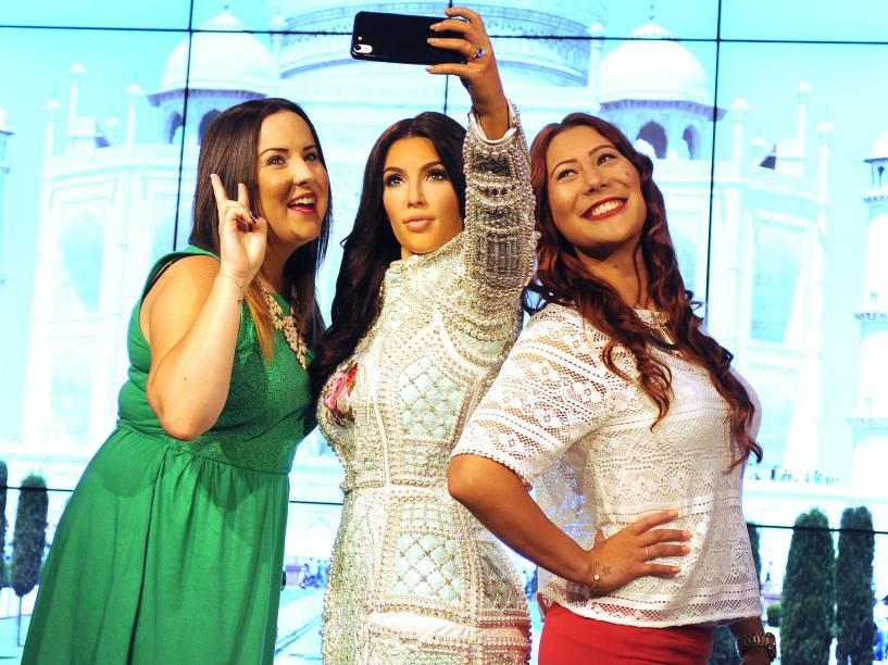 Kim Kardashian ganha estátua de cera que faz selfies com os visitantes do museu Madame Tussauds em Londres
