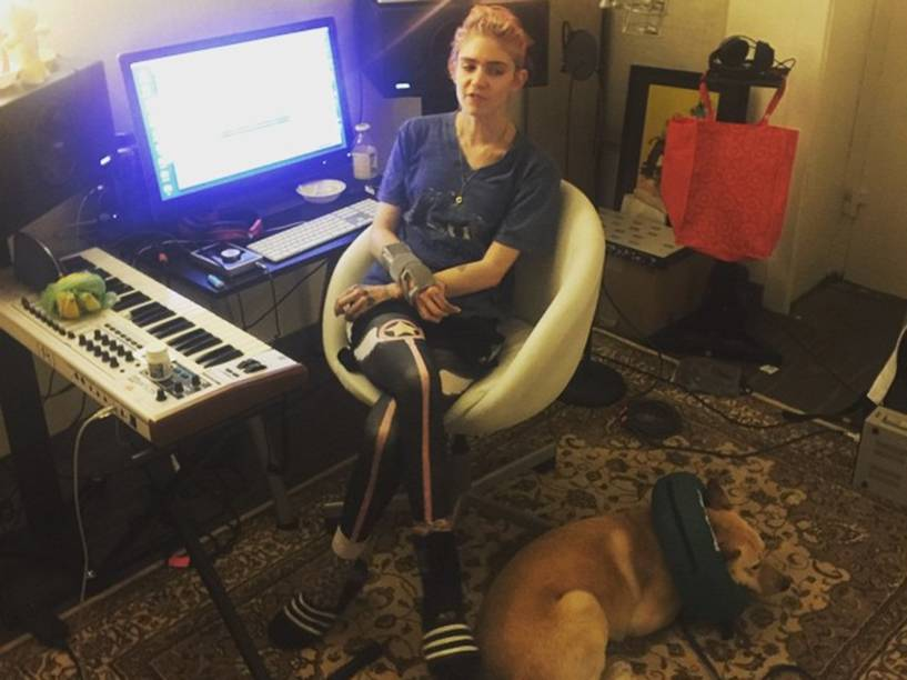 A cantora canadense Grimes escreve, produz e grava todas as suas canções