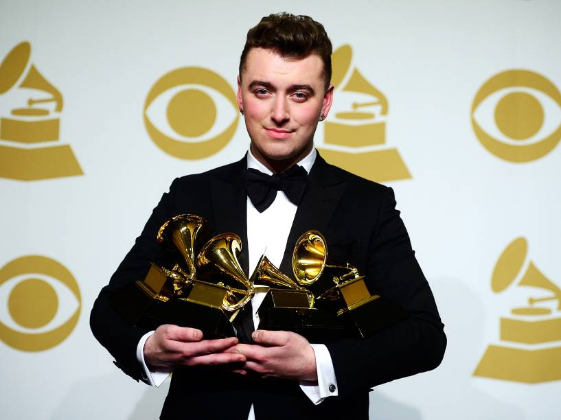 O cantor e compositor britânico Sam Smith posa para fotos com as estatuetas vencidas no Grammy 2015