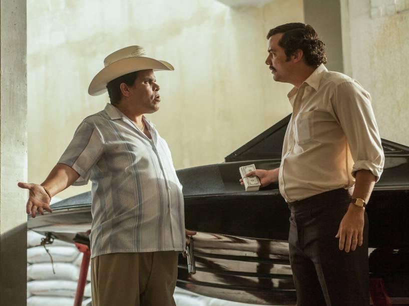 Luis Guzmán ao lado de Wagner Moura em Narcos