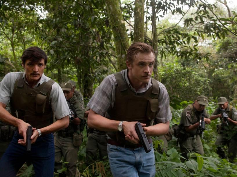 Pedro Pascal e Boyd Holbrook interpretam Javier Peña e Steve Murphy, agentes do Departamento Antidrogas dos Estados Unidos