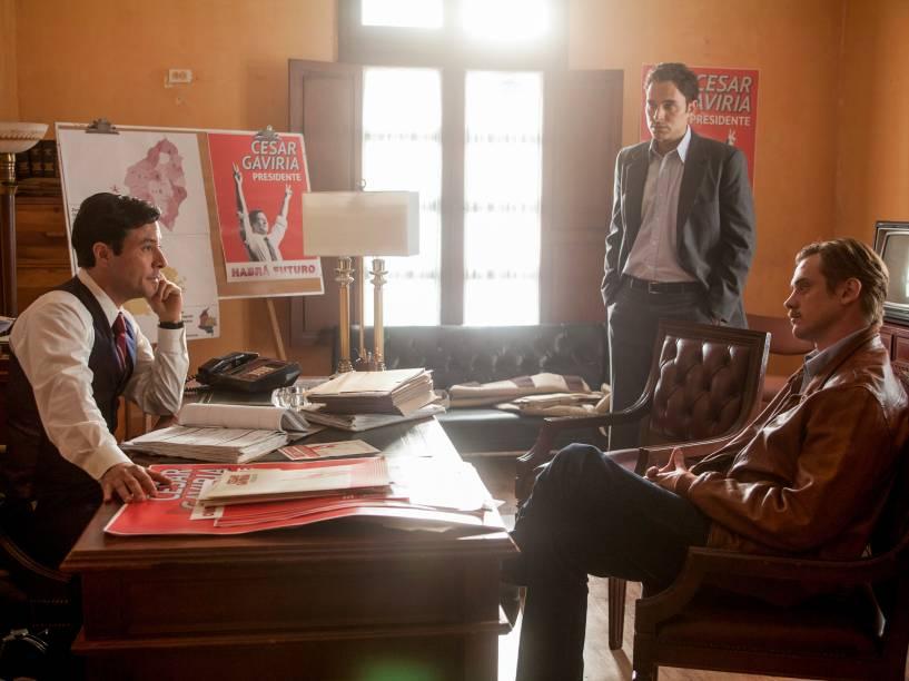 Os atores Raúl Méndez, Manolo Cardona e Boyd Holbrook na série Narcos