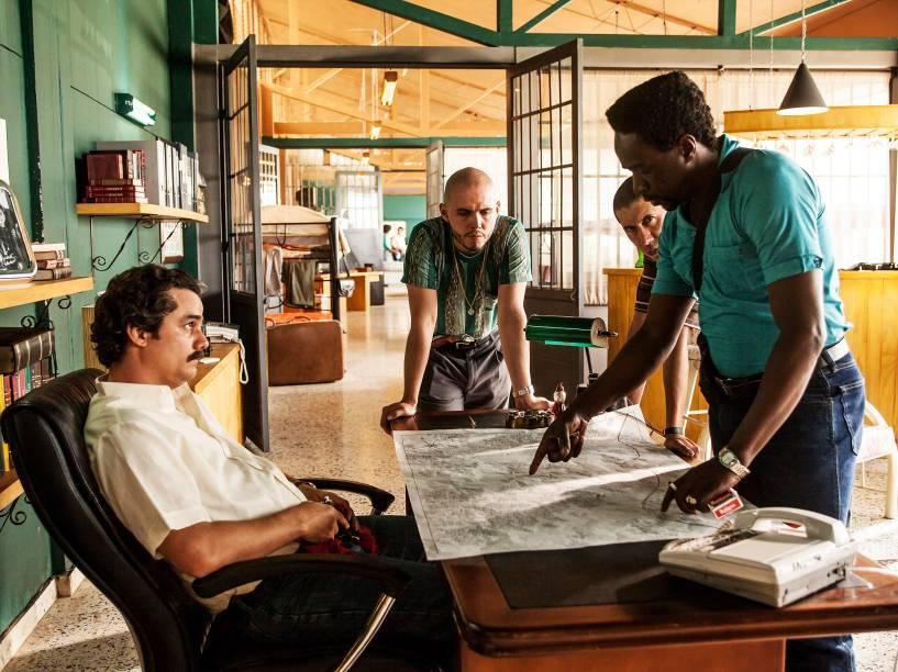 Escobar (Wagner Moura) e seus capangas em cena da série Narcos da Netflix