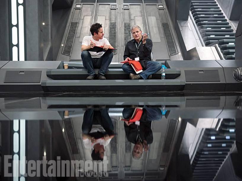 Diretor J. J. Abrams no set de filmagens com o co-roteirista Lawrence Kasdan (O Império Contra-Ataca)