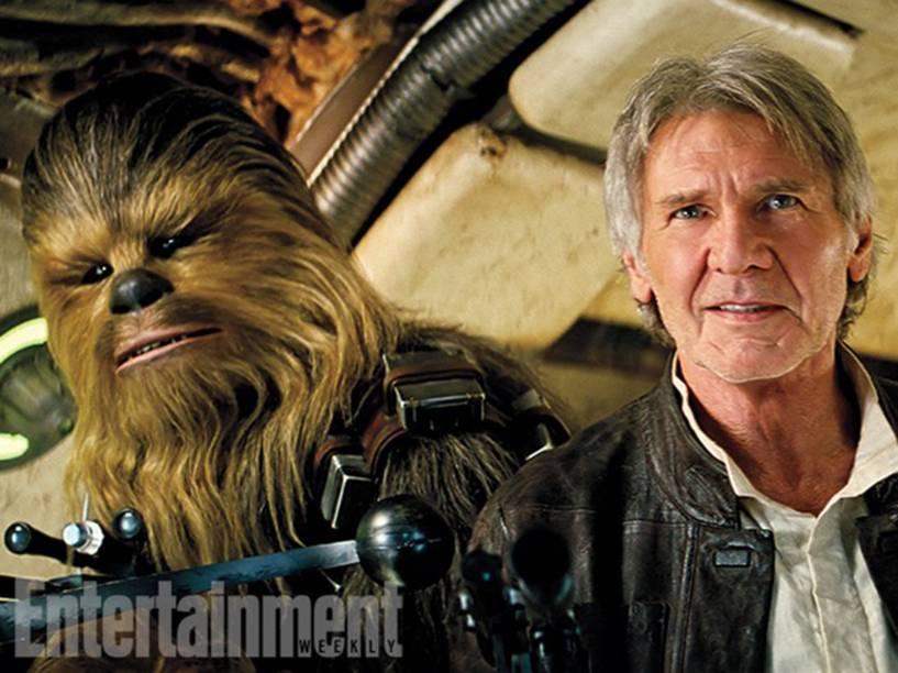 """""""Chewie, estamos em casa."""" Harrison Ford aparece ao lado do personagem Chewbacca no set de Star Wars: O Despertar da Força"""