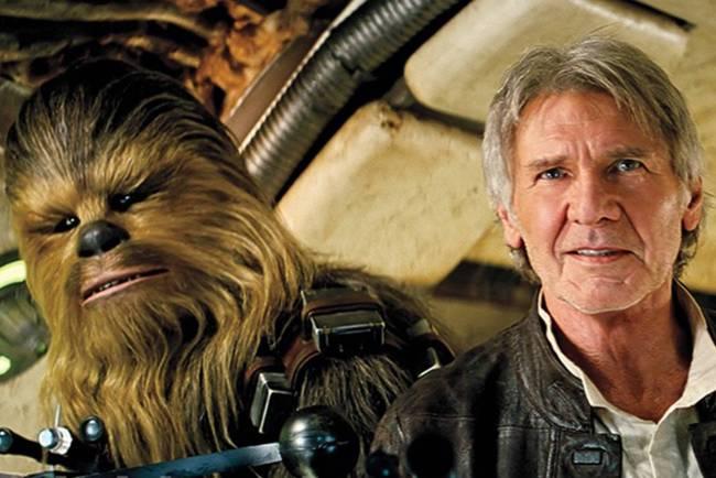 """""""Chewie, estamos em casa."""" Harrison Ford aparece ao lado do personagem Chewbacca no set de 'Star Wars: O Despertar da Força'"""