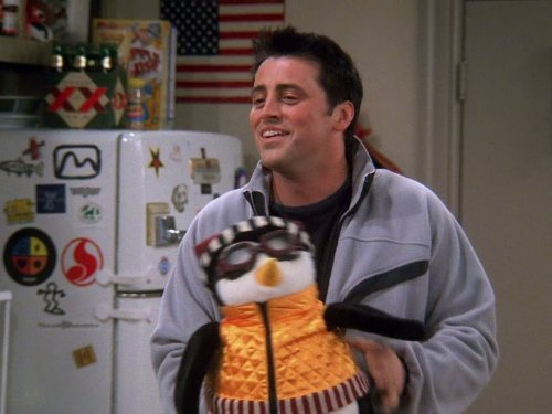 Joey (Matt LeBlanc) com seu pinguim de pelúcia, Hugsy