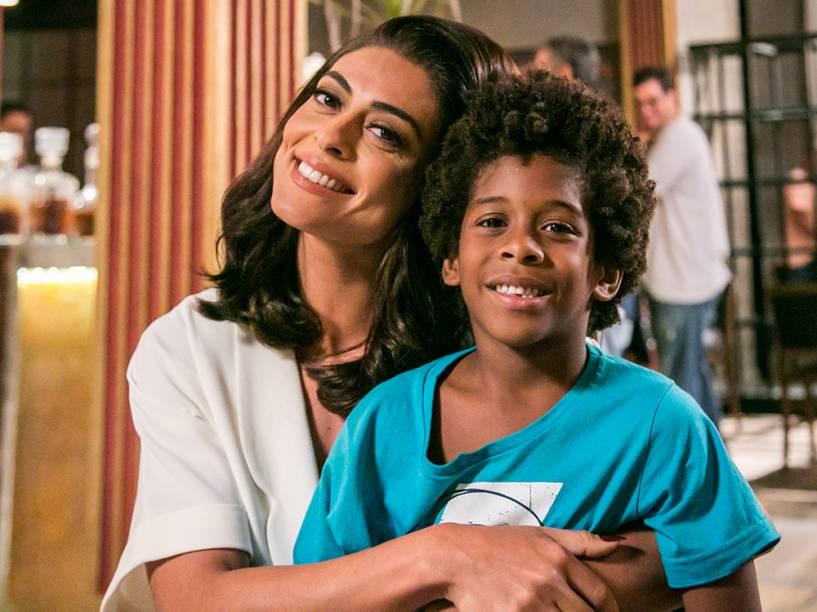 Carolina (Juliana Paes) e Gabriel (Icaro Zulu), em cena da novela Totalmente Demais