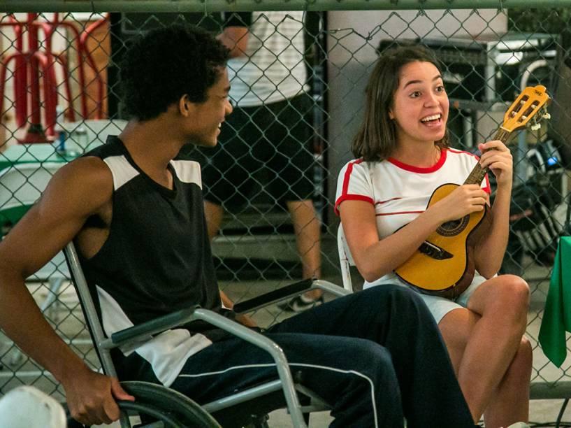 Wesley (Juan Paiva) e Bárbara (Valentina Bandeira), em capítulo da novela Totalmente Demais