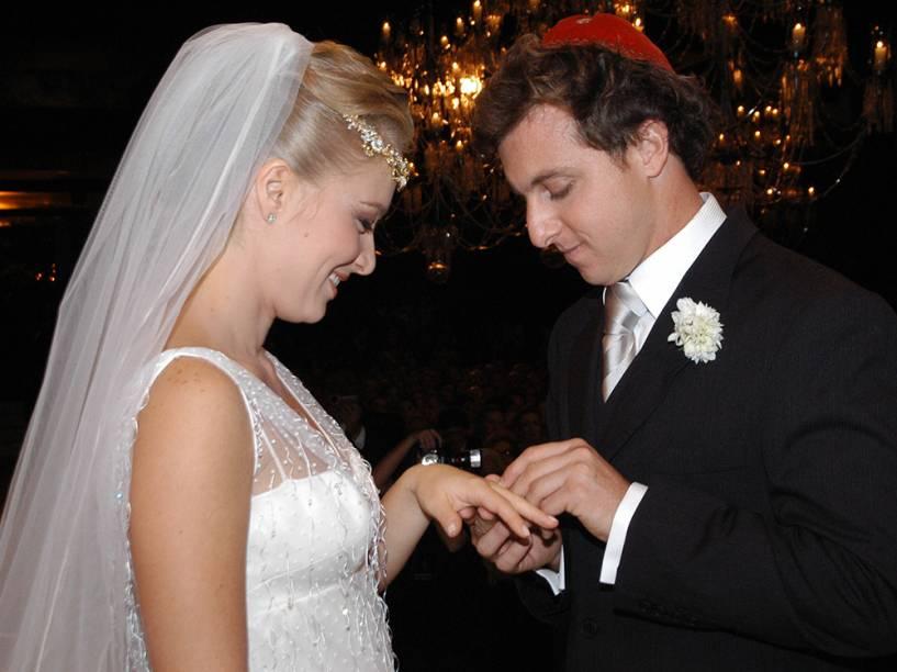 Angélica com Luciano Huck, no momento da troca de alianças, no casamento realizado em 2004