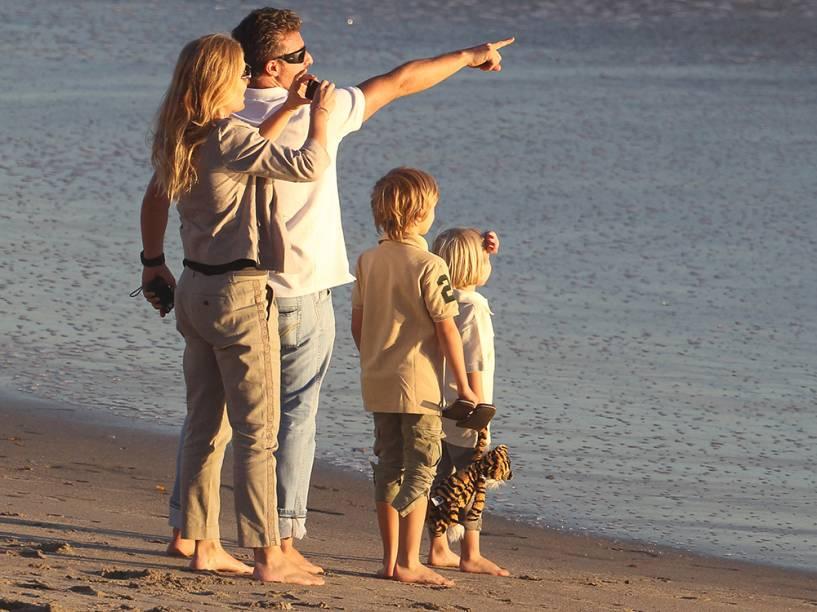 Luciano Huck e Angélica, com os filhos Joaquim e Benício, durante viagem de férias em Malibu, nos Estados Unidos - 2012