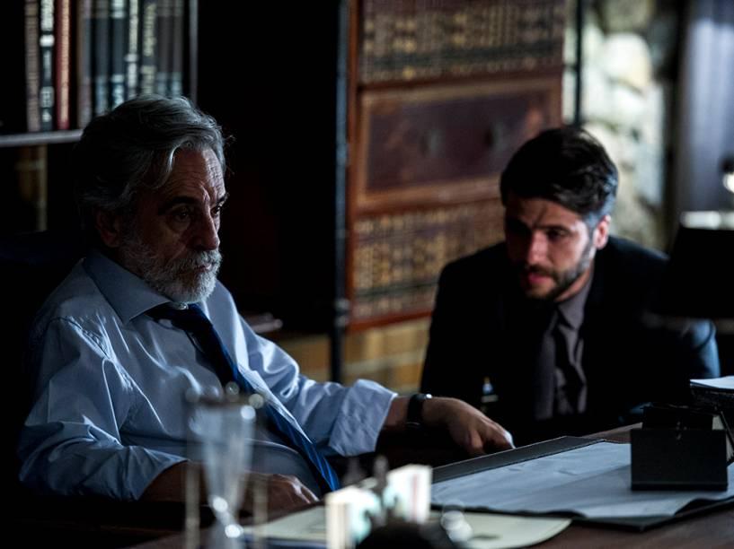 Oto (Aderbal Freire Filho) e Edu (Bruno Gagliasso), em cena de Dupla Identidade