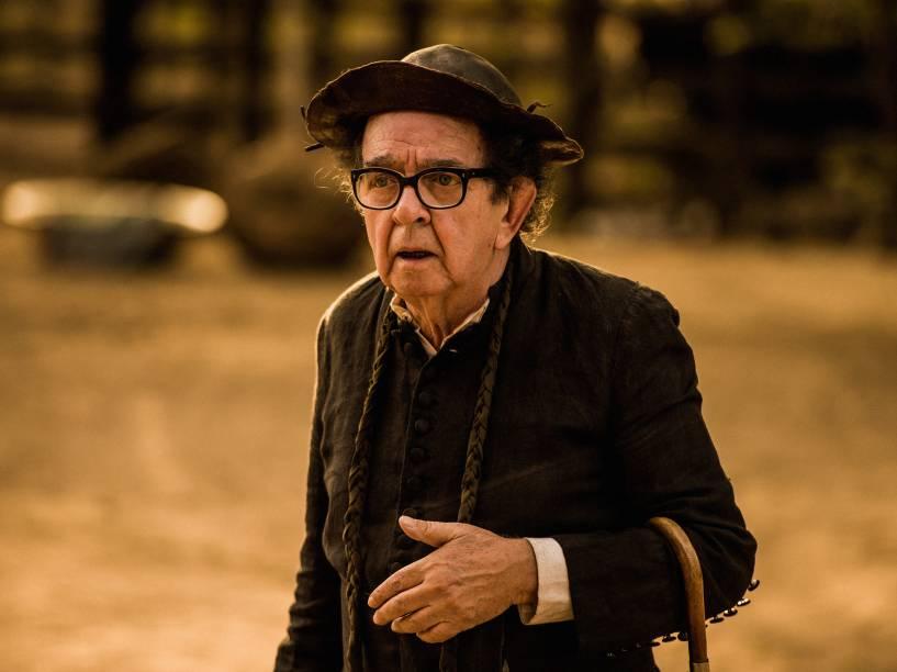 Padre Româo (Umberto Magnani) em cena da novela Velho Chico