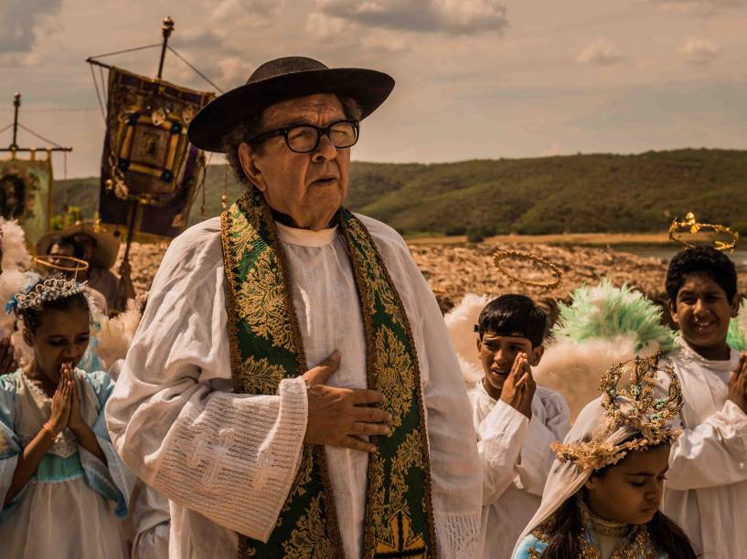 Padre Romão (Umberto Magnani) em cena da novela Velho Chico