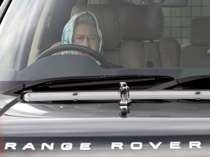 Rainha Elizabeth II dirigindo seu Range Rover em 2011