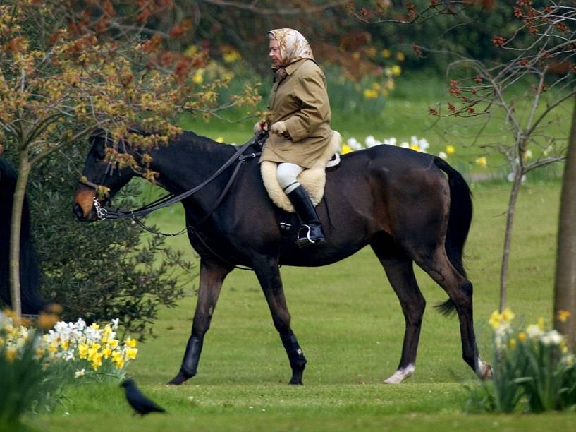 Rainha Elizabeth II monta seu cavalo no Castelo de Windsor, três dias depois da morte de sua mãe em 2002