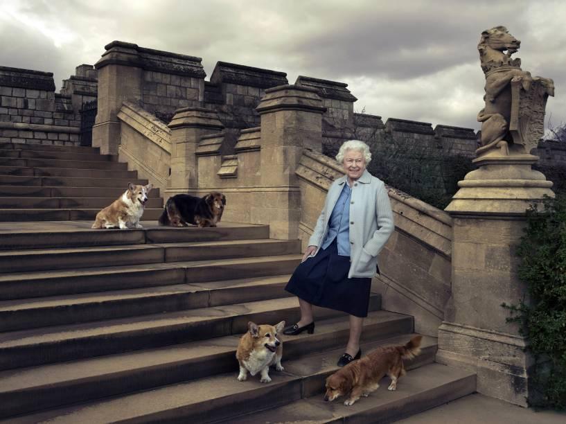Imagem feita pela renomada fotógrafa norte-americana Annie Leibovitz mostra a rainha Elizabeth II nos jardins do Castelo de Windsor com seus cães