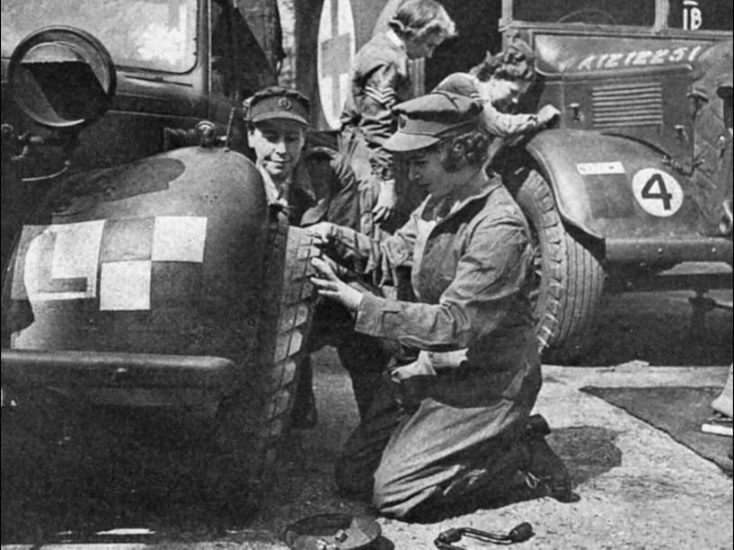 Ainda como princesa Elizabeth, a futura rainha britânica aprende a trocar pneu enquanto serve auxiliar-oficial do Exército Inglês, em 1945