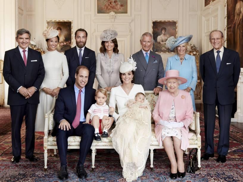 Família real britânica posa para foto, juntamente com os bisnetos da rainha Elizabeth II - 09/07/2015