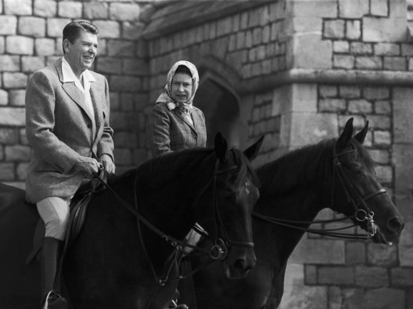 Presidente dos Estados Unidos, Ronald Reagan, e a rainha Elizabeth II, conversam durante equitação, no Castelo de Widsor, na Inglaterra - 09/06/1982