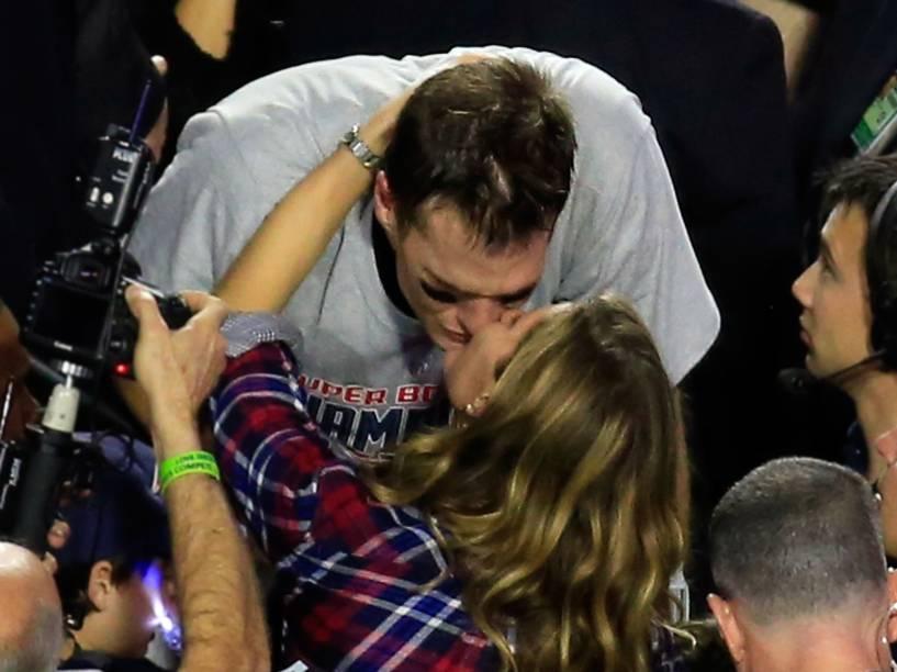 Gisele Bündchen beija Tom Brady após vitória do marido no Super Bowl