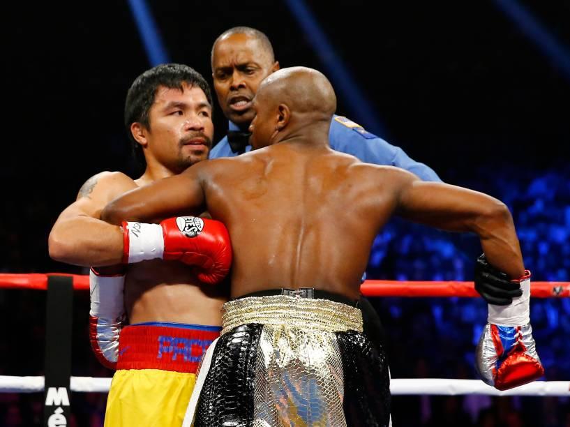 O pugilista americano Floyd Mayweather Jr., e o filipino Manny Pacquiao, em luta de unificação do título de meio médio em Las Vegas (EUA)