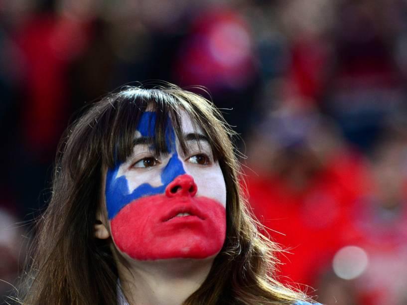Torcedora chilena antes da partida entre Chile e Brasil pelas eliminatórias da Copa, no Estádio Nacional de Santiago
