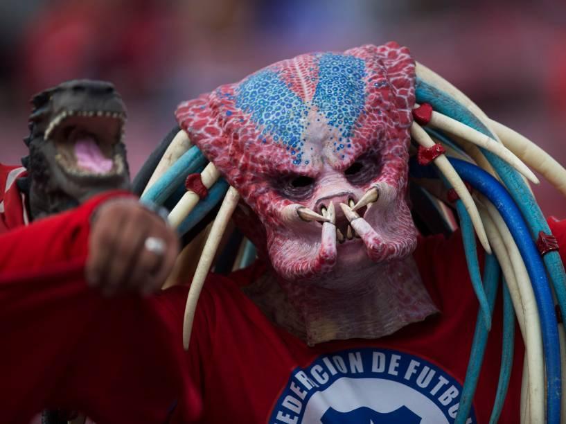 Torcedor chileno mascarado posa para foto antes da partida entre Chile e Brasil pelas eliminatórias da Copa, no Estádio Nacional de Santiago
