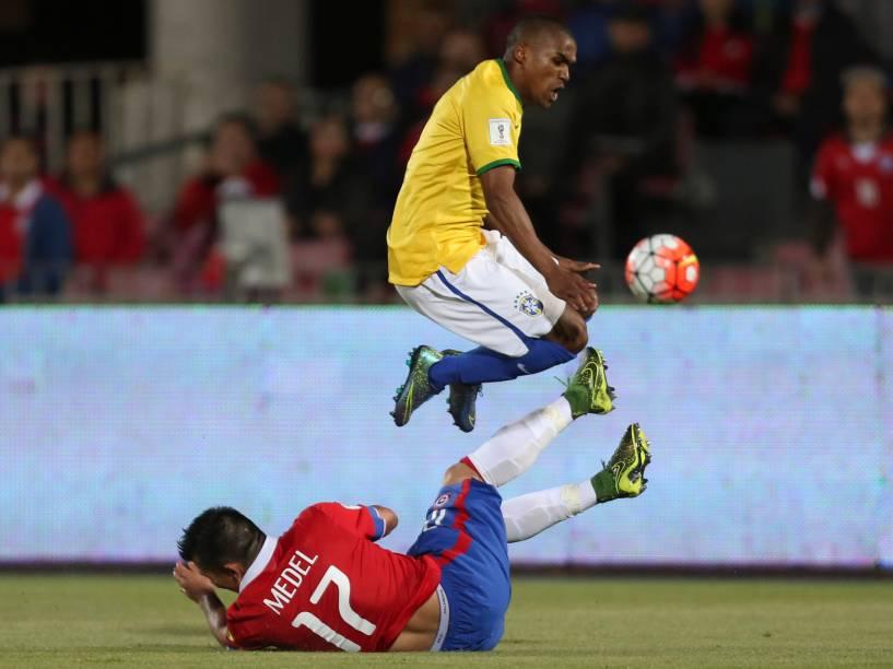Douglas Costa do Brasil disputa a bola com o jogador Gary Medel do Chile