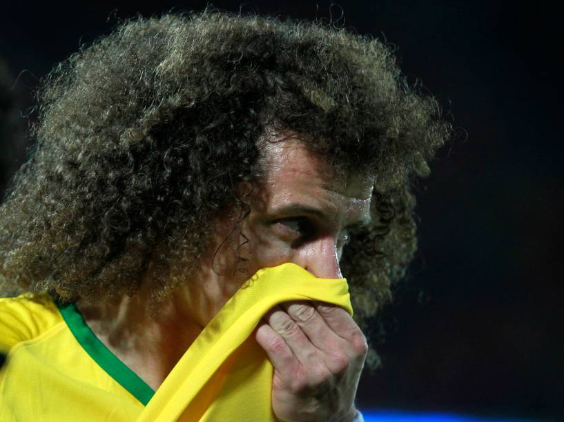 O zagueiro David Luiz do Brasil durante a partida contra o Chile em Santiago