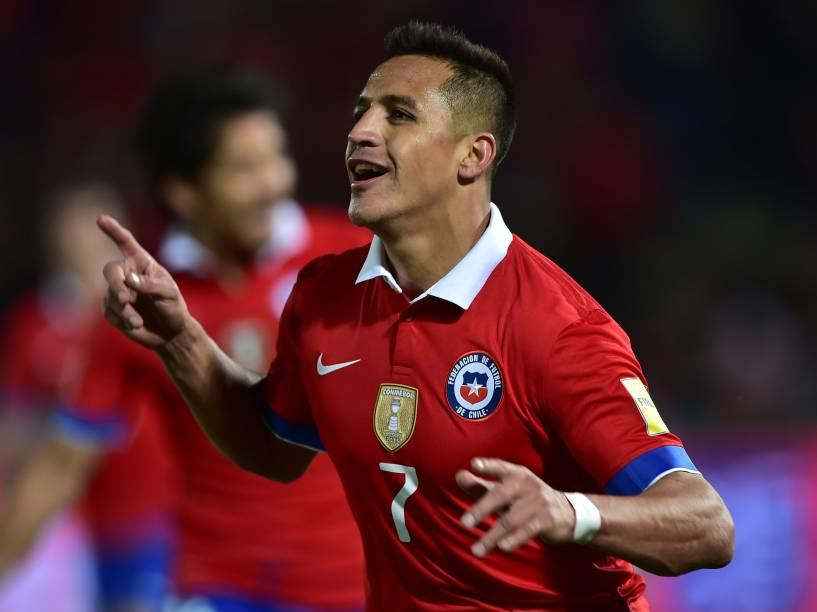 O atacante chileno Alexis Sánchez comemora o segundo gol na vitória sobre o Brasil em Santiago