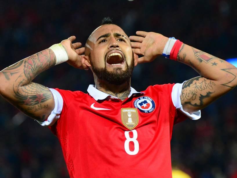 O volante Arturo Vidal do Chile chama a torcida na vitória sobre o Brasil em Santiago
