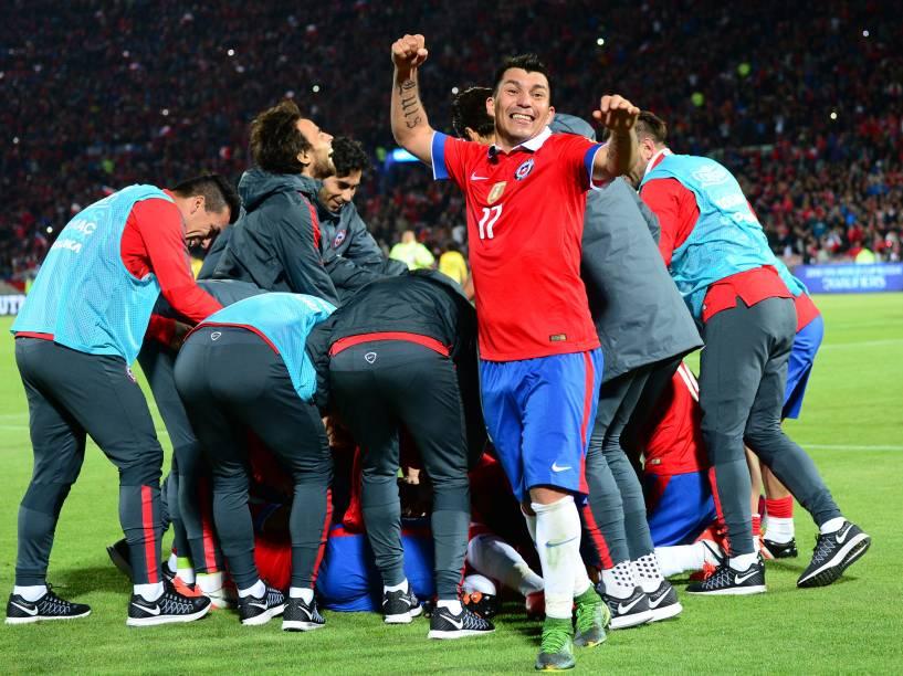 Jogadores chilenos comemoram o segundo gol na vitória sobre o Brasil em Santiago