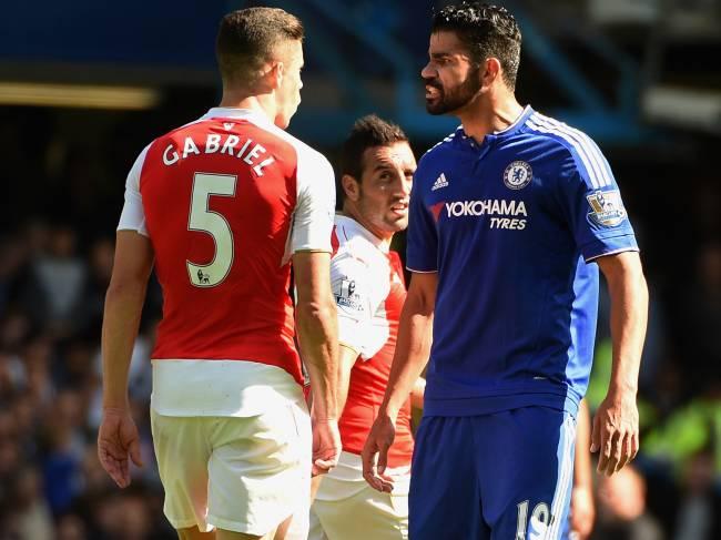 O atacante Diego Costa do Chelsea se envolve confusão com Gabriel Paulista do Arsenal durante partida do Campeonato Inglês