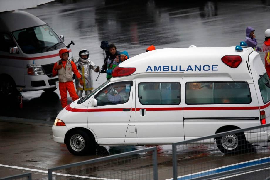Ambulância chega para socorrer o piloto francês Jules Bianchi, após um acidente durante corrida do Grande Prêmio de F1 do Japão, no circuito de Suzuka