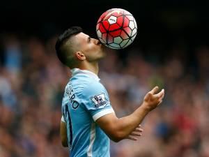 O atacante argentino Sergio Agüero comemora um de seus cinco gols na vitória por 6 a 1 do Manchester City sobre o Newcastle