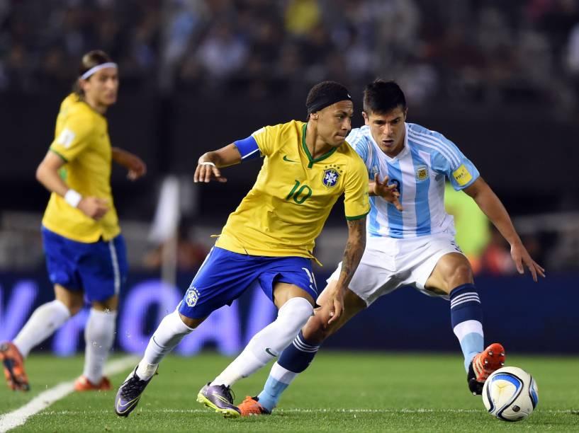 Neymar disputa jogada com o argentino Facundo Roncaglia
